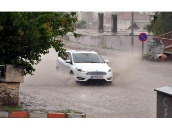 Gemerek'te Sağanak Yağış Ve Dolu Etkili Oldu
