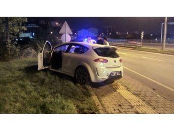 Kontrolden Çıkan Otomobil Karşı Şeride Geçip Kaldırıma Çıktı