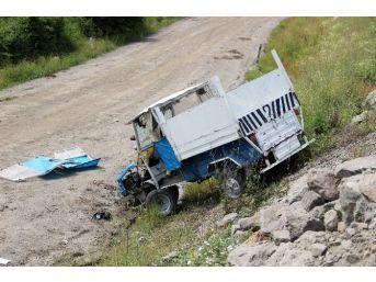 Tarım Aracı Şarampole Yuvarlandı: 2 Yaralı