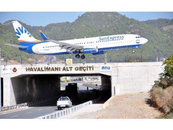 Havalimanıyla Komşu Olan Çifçiler Uçaklarla İç İçe Yaşıyor