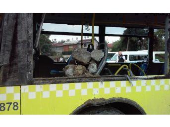 Hafriyat Kamyonu Metrobüse Çarptı, Çok Sayıda Kişi Yaralandı