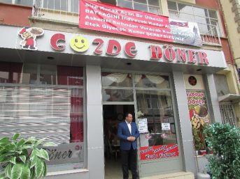 Teröre Tepki Olarak Restorantının Önüne Pankart Astı