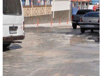 Patlayan Su Borusu Yolları Gölete Çevirdi