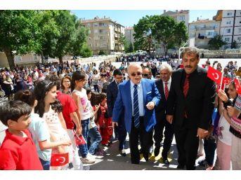 Vali Şentürk, Cumhuriyet İlkokulunda Karne Dağıttı