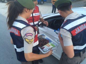 Mut'ta Jandarmadan Sürücülere İftarlık İkramı