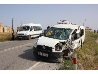 İşçi Servisi İle Otomobil Çarpıştı: 3 Yaralı