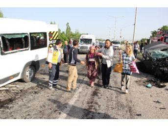 Erzincan'da Minibüs İle Otomobil Çarpıştı: 26 Yaralı