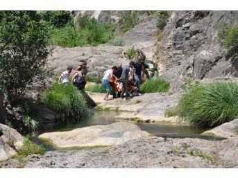 Boğulma Tehlikesi Geçiren Çocuklarını Kurtarmak İsteyen Baba Kayalıklardan Düştü