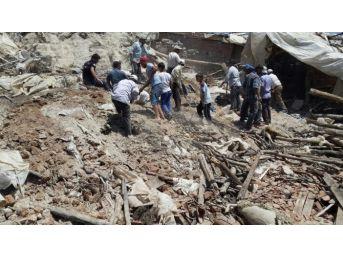Demirci'de Koyun Ahırının Çatısı Çöktü 56 Hayvan Telef Oldu