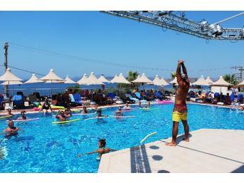 Bodrum'da 45 Derecelik Havada Turistler Buzlu Havuzda Serinledi