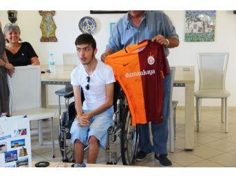 Galatasaraylı Futbolculardan Engelli Gence Forma Sürprizi