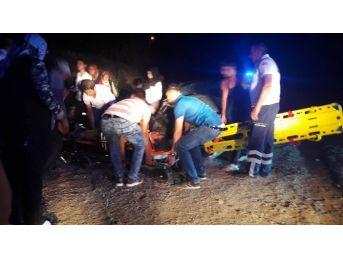 Ulukışla'da Otomobil Refüje Uçtu: 2 Yaralı