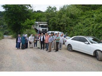 Tozdan Bıkan Mahalleli Yol Kapattı