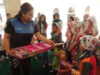 Polisler, Kur'an Öğrenen Çocuklara Oyuncak Dağıttı
