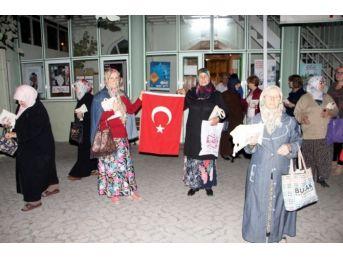 Teravih Namazı Sonrası Kadınlara Türk Bayrağı Ve Kur'an-ı Kerim