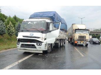 Trafik Aniden Yavaşlayınca Önündeki Tır'a Çarptı: 1 Yaralı