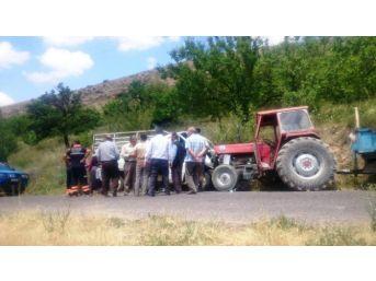 Kamyonet Park Halindeki Traktöre Çarptı: 3 Yaralı