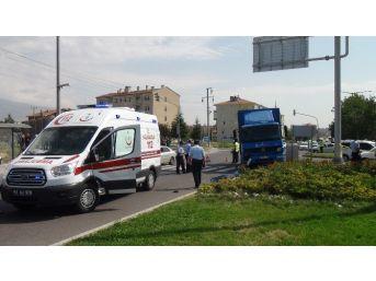 Motosikletle Kamyonet Kafa Kafaya Çarpıştı: 1 Ölü