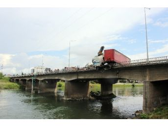 Gürcistan Plakalı Tır Köprüde Asılı Kaldı
