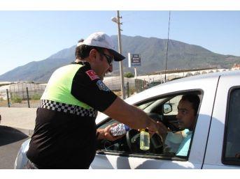 Trafik Polislerinden Sürücülere Çikolata