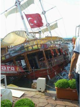 Güzelçamlı'da Gezi Teknesi Kayalıklara Çarptı