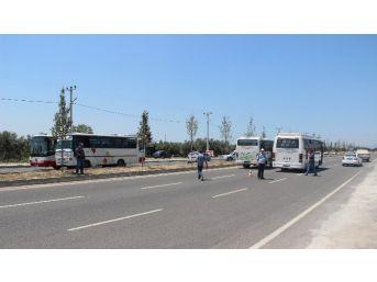 Darbe Girişiminde Bulunmak İsteyenlerin Hareketini Kısıtlamak İçin Polis Yola Otobüslü Barikat Kurdu