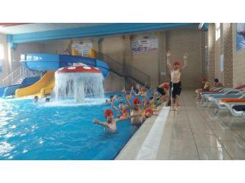 Yaz Kur'an Kursu Öğrencileri Havuzda Eğlendiler