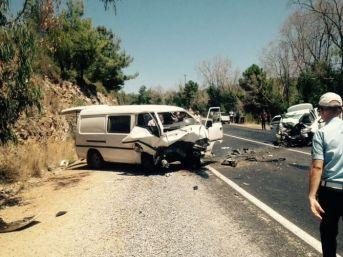 Kuşadası'nda Trafik Kazası, 2 Ölü 3'ü Ağır 7 Yaralı