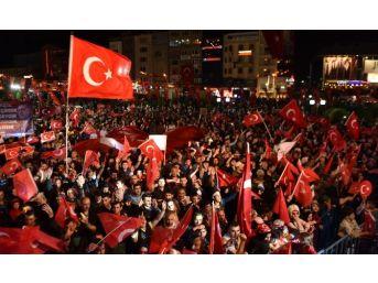Erzurum'un Demokrasi Nöbetinde Yer Ve Gök Ay Yıldızlı Bayrak