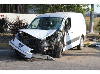 Eskişehir'de Virajı Alamayan Sürücü Karşı Şeride Geçti: 15 Yaralı
