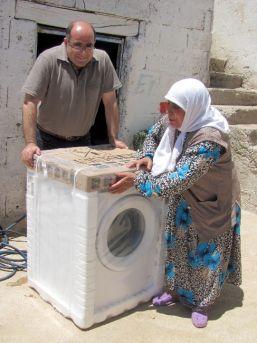 Görme Engelli Kadının Çamaşır Makinesi Sevinci