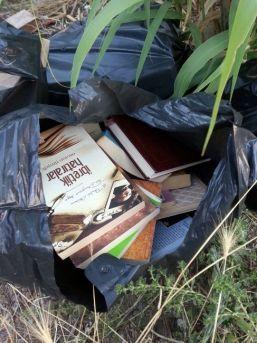 Fetö'nün Kitap Ve Cd'lerini Boş Araziye Attılar