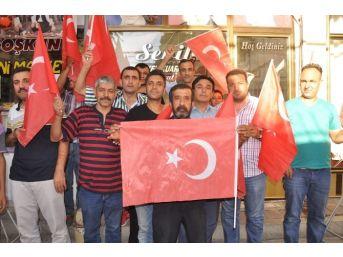 Okul Müdürü Vatandaşlara Türk Bayrağı Dağıttı