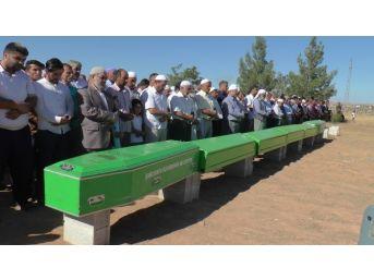 Şanlıurfa'daki Kazada Ölen 7 Kişi Yan Yana Defnedildi