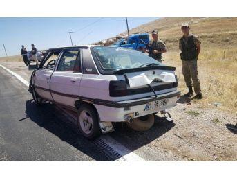 Sivas'ta İki Otomobil Çarpıştı: 5 Yaralı