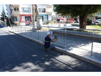 Düzce Mehmet Akif Caddesinde Korkuluklar Döşeniyor