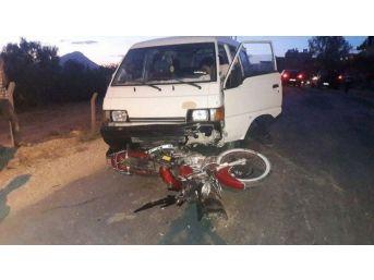 Mersin'de Minibüs Motosikletle Çarpıştı: 1 Yaralı