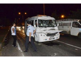 Siverek'te Yolcu Minibüsü Kamyona Çarptı: 7 Yaralı