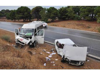 Turistleri Taşıyan Midibüs Otomobille Çarpıştı: 6 Yaralı