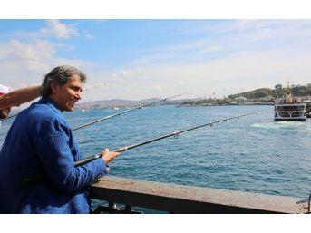 Galata Köprüsü'nde Balık Tutma Yarışı Renkli Görüntülere Sahne Oldu