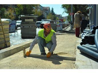 Dikmen Caddesi'nde Kaldırım Çalışmaları Sürüyor