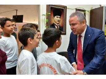 Başkan Böcek'e Öğrencilerden Sevgi Gösterisi