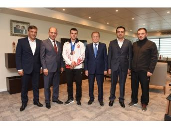 Dünya Üçüncüsü Güreşçiden Başkan Uğur'a Ziyaret