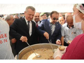 Çaycuma'da Vatandaşlara Aşure Dağıtıldı