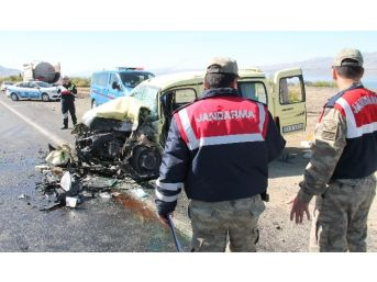 Otomobil İle Hafif Ticari Araç Çarpıştı: 2 Ağır Yaralı