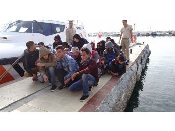 Denizin Ortasında Mahsur Kalan 57 Göçmen Kurtarıldı