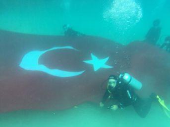 Tü Dalgıçlardan Su Altında Dev Türk Bayrağı