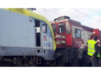 Yolcu Treni İle Yük Treni Kafa Kafaya Çarpıştı: 3 Yaralı