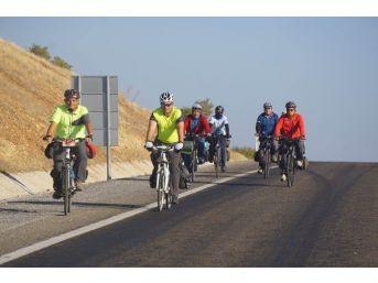 Bisikletin Ulaşım Aracı Olduğunu Gösterebilmek İçin 165 Kilometre Pedal Çevirdiler