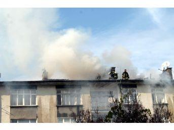 Konya'da 4 Katlı Binanın Çatısında Çıkan Yangın Paniğe Yol Açtı